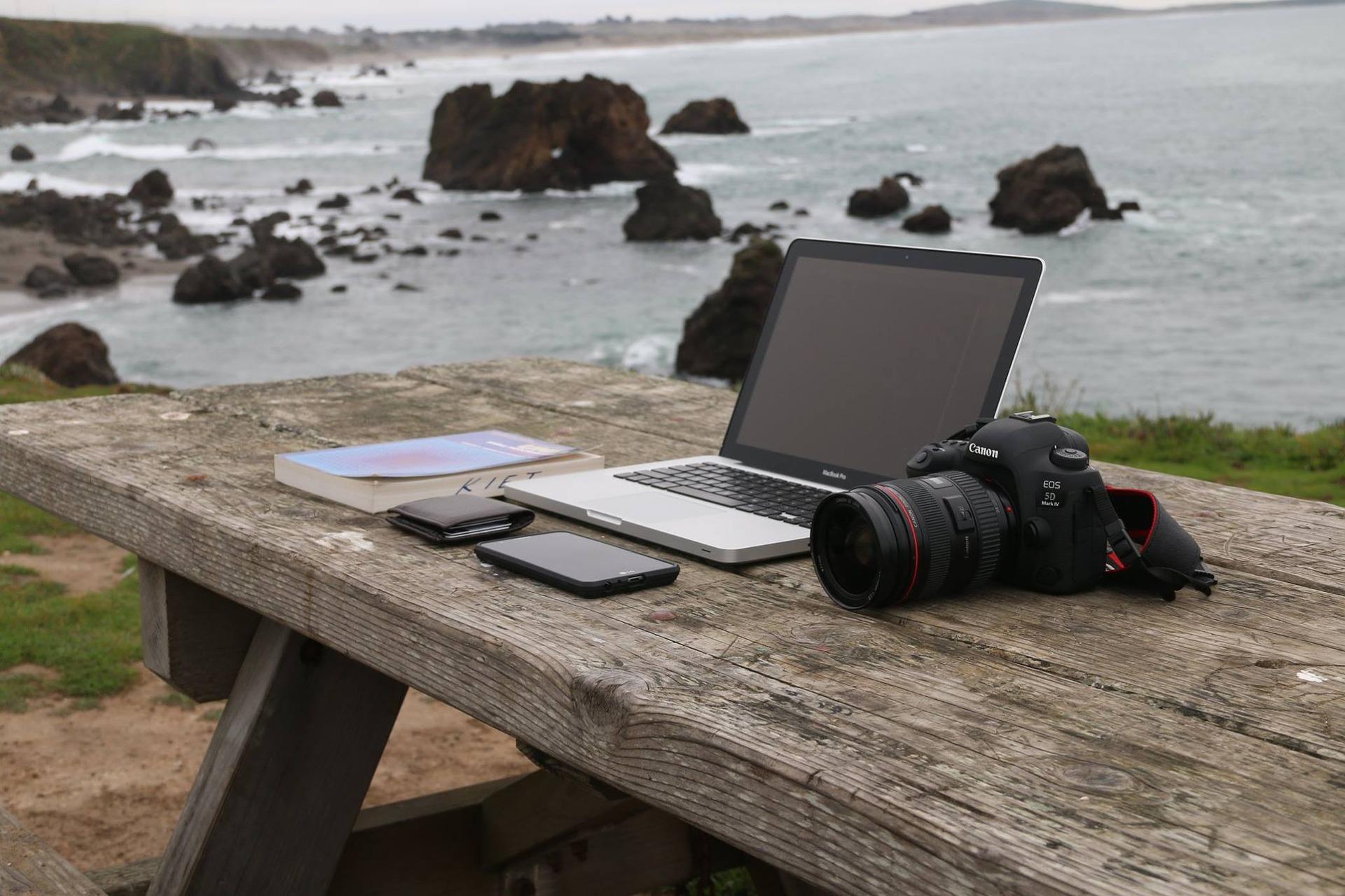 Bild von einem Laptop auf einem Tisch im freien